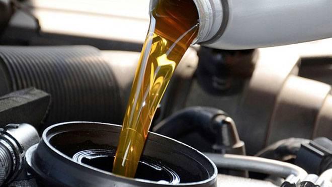 Świeży olej wlewany do silnika